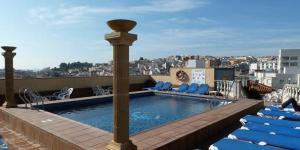 Situé dans la ville balnéaire de Blanes, l'hôtel Costa Brava se trouve à 500 mètres de la plage. Il dispose d'une piscine, de la télévision par satellite et de la climatisation.