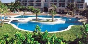 Situé à côté de la plage de Montgo, en bordure de L'Escala, sur la côte de la Costa Brava, cet hôtel de charme possède d'excellents équipements, parmi lesquels une piscine extérieure et un restaurant dans l'enceinte de l'hôtel. Vous pourrez passer la journée à vous détendre au bord de la piscine, vous exposer au soleil et vous baigner pour vous rafraîchir.
