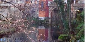 La charmante maison Ca La Tambona se situe à Sant Feliu de Pallerols, à côté de la rivière El Brugent. Aménagée sur 3 étages, elle combine des éléments rustiques et un décor moderne.