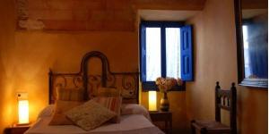 L'Hostal Blau vous accueille dans une maison de ville du XVIIe siècle, dans le village médiéval de Peratallada. Cette maison d'hôtes de charme au style rustique propose une terrasse et des chambres décorées de façon individuelle.