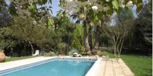 Le magnifique Mas Martís est installé en dehors de Serinyà, dans la campagne entre Banyoles et Besalú. Entouré de charmants jardins, il dispose d'une piscine extérieure ouverte en saison.