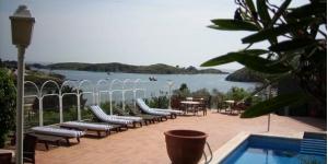Situé dans le charmant village de Cadaqués, à seulement 100 mètres de la plage de Cala de Portlligat, l'établissement Bungalow Hotel Port-Lligat possède une piscine et une terrasse communes. Un parking privé est également à votre disposition sur place.