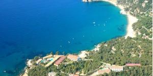 Situé à proximité de 4 plages isolées et à 2 km de Tossa de Mar, l'Apartamentos Trip Soleil Cala Llevado possède un court de tennis et une piscine extérieure ouverte en saison. Il propose des hébergements dotés d'une terrasse meublée offrant une vue sur la mer.