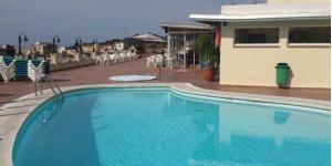 Lloret de Mar: séjournez au cœur de la ville  L'Hotel Santa Rosa possède un toit-terrasse avec une piscine et un bain à remous. Il est situé dans un quartier paisible de Lloret de Mar, à 150 mètres de la plage de Lloret.