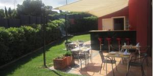 Située à 850 mètres de la plage de Calella de Palafrugell, l'établissement La Colina Bed&Breakfast possède un jardin doté d'une piscine extérieure d'eau de mer. Vous bénéficierez d'une connexion Wi-Fi gratuite sur place et certaines chambres s'ouvrent sur une terrasse privée.