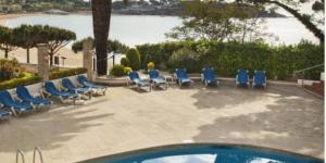 Le Caleta Park est situé sur la plage de Sant Pol, le long de la superbe Costa Brava. Cet hôtel moderne propose une zone Wi-Fi gratuite, une piscine extérieure ouverte en saison et une terrasse offrant une vue imprenable sur la mer.