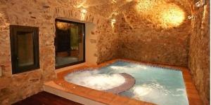 Le Can Llobet, une maison de campagne catalane traditionnelle, est situé à Capmany, à 20 minutes de Figueras. Il propose quatre appartements de trois chambres, une connexion Wi-Fi gratuite, un grand jardin et un bain à remous intérieur.