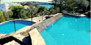 L'Hotel Rec de Palau propose de beaux hébergements dans la baie de Llané Petit, à moins de 3 minutes à pied de la plage et du centre de Cadaqués. Ses magnifiques villas et appartements bénéficient de 2 piscines extérieures communes.