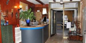 L'Hostal Isabel est situé à 5 minutes à pied de la plage de S'Abanell, à Blanes, sur la Costa Brava. Il met à votre disposition une connexion Wi-Fi gratuite dans les parties communes et la télévision par satellite dans toutes les chambres.