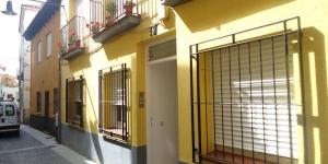 Lloret de Mar: séjournez au cœur de la ville  Situé à 150 mètres de la plage de Lloret de Mar, l'Apartamentos Saint Trop propose des appartements et des studios climatisés dotés d'un lave-linge. La plupart des appartements disposent d'un balcon ou d'une terrasse privés.