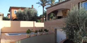 This detached holiday home with private swimming pool is located in the centre of L Escala. You approach the nicely furnished holiday home via a stairway.