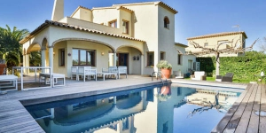 Two floors detached villa situated at the seafront of a residential area in Sant Pere Pescador. The house has three spacious bedrooms.
