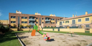 First floor apartment located in Sant Pere Pescador building in very quiet residential area. with large garden.