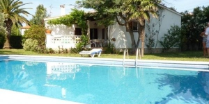 Detached house with private swimming pool 5x10m approx and a large plot. It is located in a quiet residential area.