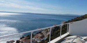 Two storey townhouse located in Roses. with stunning views and private pool.
