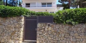 Situé dans les collines, à 10 minutes de route de Lloret de Mar, le Gregral abrite un jardin avec une piscine extérieure et un barbecue. Il vous propose des appartements et des studios munis d'un lave-linge.