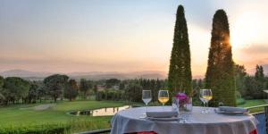 L'hôtel Suite Vila Birdie est situé au sein du grand parcours de golf TorreMorina et du complexe thermal, au cœur de l'Emporda, entre les Pyrénées et la mer Méditerranée. Il propose des appartements dans le style de suites avec terrasse ou jardin privatif.