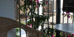 Entouré de jardins, l'Hotel Horta d'en Rahola vous propose des chambres climatisées dotées d'un balcon meublé offrant une vue. Cet établissement se trouve à 400 mètres de la plage de Cadaques.