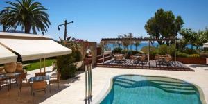 Doté d'une connexion Wi-Fi gratuite, d'un spa et de chambres avec balcon, le Terraza est situé à 20 mètres de la plage de Roses. Installé dans des jardins, il possède une piscine extérieure et un restaurant avec vue sur la baie de Roses.