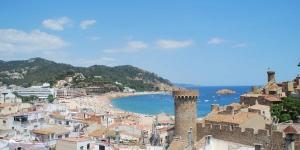 Situé à seulement 100 mètres de la plage Playa Grande de Tossa de Mar, l'hôtel Fonda Lluna dispose d'une terrasse ensoleillée avec vue sur le château de Tossa. Les chambres sont dotées d'une salle de bains privative et d'une connexion Wi-Fi gratuite.