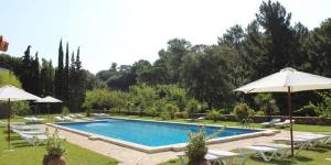 Installés à 700 mètres de la plage, ces appartements se trouvent dans la ville animée de Lloret De Mar. L'Apartamentos Costamar possède une piscine extérieure ouverte en saison située dans un grand jardin, de l'autre côté de la rue.
