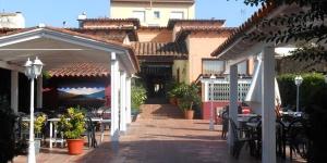 L'Hostal Can Pou est un établissement traditionnel situé dans le centre de Vidreres, près de Tossa et de Lloret de Mar, idéal pour profiter au mieux de la mer et de la montagne. Vous pourrez vous détendre au Can Pou et y savourer de la cuisine catalane authentique, une excellente combinaison des gastronomies traditionnelle et contemporaine.