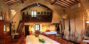 L'hôtel La Sala de Camós est un imposant bâtiment datant du XIIe siècle abritant des halls gothiques, une salle de lecture avec cheminée, une piscine extérieure et une aire de jeux pour enfants. Une connexion Wi-Fi gratuite est à votre disposition dans les parties communes.