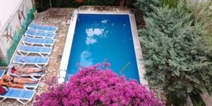La Pension Marbella se situe à Roses dans le quartier de Santa Margarita, à seulement 150 mètres de la plage et des commerces. Elle propose une connexion Wi-Fi gratuite dans les parties communes et une petite piscine extérieure.