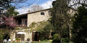 Doté d'une piscine, le Can Solanas bénéficie d'un cadre rustique et paisible, à 5 minutes de route de la ville médiévale de Besalu. Cette maison de campagne occupe une ancienne ferme en pierre datant du XIIIe siècle.