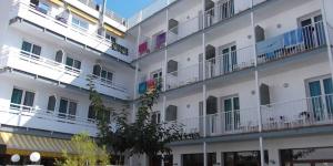 L'Hotel Simeon est situé à 50 mètres de la plage de Tossa de Mar et à 400 mètres des remparts historiques de la vieille ville. Toutes ses chambres climatisées disposent d'une télévision et d'un balcon privé.
