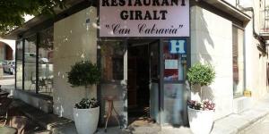 Dotée d'un restaurant servant une cuisine catalane traditionnelle, la maison d'hôtes Restaurant fonda giralt vous accueille dans le village d'Amer, à 5 minutes de marche du monastère de Santa María de Amer. Les chambres du Restaurant Fonda Giralt disposent d'une télévision à écran plat, d'une connexion Wi-Fi gratuite et d'une salle de bains privative.