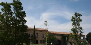 Doté d'une piscine et d'une connexion Wi-Fi gratuite, le Pla de Palau est aménagé dans une luxueuse maison de campagne rénovée datant du XVe siècle, à 2,5 km de Llers. Il assure un service de taxi gratuit depuis la gare des trains à grande vitesse (AVE) de Figueres.
