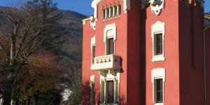Entourée de jardins et de collines verdoyantes, cette maison de campagne occupe un édifice moderniste classé datant du siècle dernier. Elle se trouve en bordure du célèbre parc naturel de la zone volcanique de la Garrotxa.