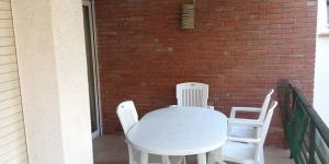 Situé à 100 mètres de la plage de Platja d'Aro, sur la Costa Brava, l'Apartament Turístic Alhambra dispose d'une terrasse meublée et se trouve à 10 minutes à pied du centre-ville. Cet appartement décoré avec simplicité dispose de la climatisation, de grandes fenêtres et d'un spacieux salon-salle à manger doté d'une télévision.