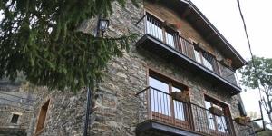 Situés dans le village de Toses, dans les Pyrénées catalanes, les appartements du Ca La Martra disposent d'un jardin avec un barbecue et d'une connexion Wi-Fi accessible gratuitement dans tout l'établissement. Chaque appartement est chauffé et pourvu d'un salon avec un canapé, une télévision à écran plat et un coin repas.