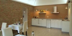 Le Bed & Breakfast Cal Sabater D'Ordis vous accueille à Ordis (Gérone). Il vous propose des chambres élégamment décorées avec salle de bains privative, une piscine extérieure et un jardin avec barbecue.