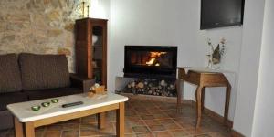 Situé à Llers, le Casa Rural Can Cabano dispose d'une terrasse avec un coin salon et d'une connexion Wi-Fi gratuite dans l'ensemble de l'établissement. Il dispose d'intérieurs rustiques et de murs en pierres apparentes.