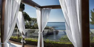 Cet hôtel de luxe offre un accès direct à la plage de Platja d'Aro's Cala del Pi. Il dispose d'un spa de 600 m², d'une connexion Wi-Fi, d'un parking et d'une piscine extérieure avec vue sur la mer.