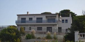 Dotée d'une grande terrasse avec piscine extérieure et barbecue, la maison de vacances Casa Mati se trouve à Lloret Blau, à 7 km de Lloret De Mar. Ce logement dispose de 4 chambres, dont deux sont pourvues d'une salle de bains privative.