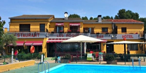 Cet hôtel à la gestion familiale possède une piscine extérieure saisonnière et des chambres lumineuses avec une connexion Wi-Fi gratuite, une télévision à écran plat LCD et une cafetière. Figueres et la Costa Brava sont à seulement 20 km.