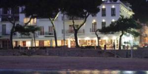 L'Hotel Llafranch bénéficie d'un emplacement superbe et pittoresque, sur la plage de la baie de Llafranch, sur la Costa Brava. Ce petit hôtel charmant offre des vues magnifiques sur la mer Méditerranée, et dispose d'une connexion Wi-Fi gratuite et de chambres avec télévision à écran plat.