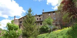 Situé dans la vieille ville historique de Santa Pau, le Can Salgueda vous accueille au cœur des anciens remparts de la ville. Il propose un vaste jardin privé et une connexion Wi-Fi gratuite dans l'ensemble de ses espaces.