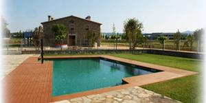 Situé à Llagostera, à 12 km des plages de la Costa Brava, le Can Cateura dispose d'une piscine extérieure etd'une pièce donnant sur l'intérieur avec une baignoire spa. Une connexion Wi-Fi est accessible gratuitement dans l'ensemble des locaux.