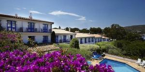 L'Hotel Blaumar Cadaqués est un hôtel familial situé à 2 minutes à pied de la plage, dans la baie de Cadaqués. Occupant un bâtiment de style traditionnel aux tons bleus et blancs, il dispose d'une piscine extérieure en saison et d'une terrasse bien exposée.