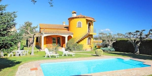 Holiday home Passeig d'Emp�ries is situated in Mas Gros 5 km from L'Escala. Outside the resort, 1 km from the centre of Viladamat, in a quiet, sunny position, 5 km from the beach.