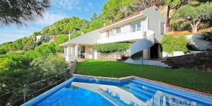 This si a 7-room house 260 m2 on 2 levels, It has a living/dining room with open fireplace and TV-connection. Exit to the garden, to the terrace, to the swimming pool.