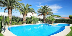 Aptos Palmiers I Apartment Llanca is located 5 km from Port De La Selva, just 50 m from the sea. Facilities (for shared use): grounds (6'000 m2), swimming pool (17 x 7 m, 01.