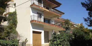 Apartment S'Adolitx Sant Feliu de Guixols is a 4-room apartment on the 1st floor with sea view. The apartment has a bathroom, kitchen, balcony, terrace and 3 bedrooms that accommodate 6 people.