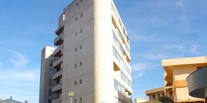 L'Apartment Ahinoa Roses est situé au 5ème étage. Il comprend un salon-salle à manger avec un canapé-lit double et un balcon.
