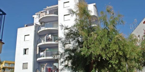 "Apartment block ""Nuvol Blau"" contains 5 storeys in the district of Santa Margarita. It is located 3 km from the centre of Roses, 200 m from the sea and 100 m from the beach."